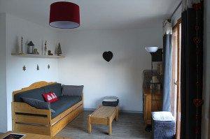 Appartement CHAZA1 - 6 couchages  Contact : contact@immovalfrejus.fr 04 79 20 27 59 Appartement situé au RDC, dispose d'une terrasse de 20m2 aménagée. Composé : - d 'un salon avec un canapé lit gigogne pour 2 personnes, TV, lecteur DVD, jeux de société, livres - d'une cuisine équipée d'un grand réfrigérateur avec compartiment congélateur, lave- vaisselle, toaster, bouilloire, cafetière, four à chaleur tournante, micro-ondes, service à raclette, crêpe party, table de cuisson vitrocéramique, autocuiseur. Bien équipé en vaisselle et matériels de cuisine. - d'une chambre avec lit 140x200 pour 2 personnes avec rangements et penderie et nécessaire de repassage. - d'une chambre cabine avec lits superposés 80x200 pour 2 personnes avec rangements et penderie.  - d'une salle de bain avec baignoire, sèche serviettes, rangements et sèche cheveux. - d'un WC séparé. - de deux casiers à skis à l'entrée. - matériel de puériculture à disposition si nécessaire. - place de parking à la sortie du chalet et possibilité de louer un garage couvert à proximité immédiate, selon disponibilité.